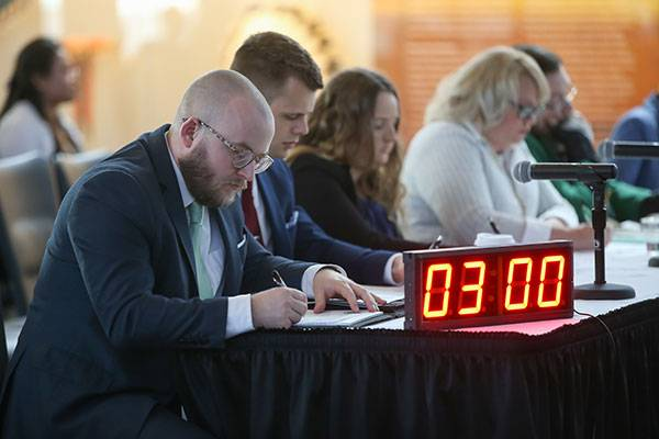3MT judges with clock