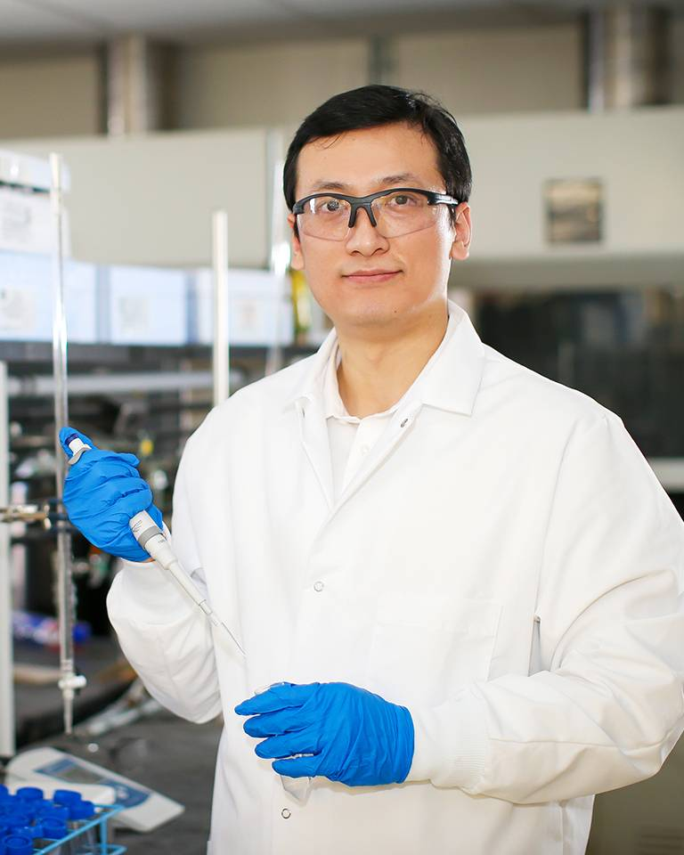und chemical engineering student in lab